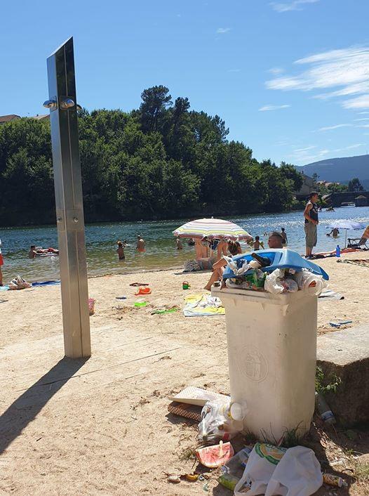 Basura en la playa de Pontesampaio