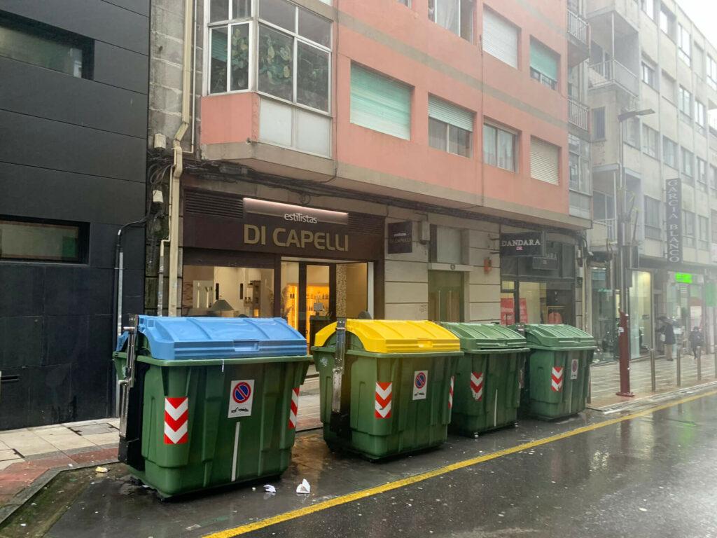 Contenedores a la puerta de los comercios de Pontevedra